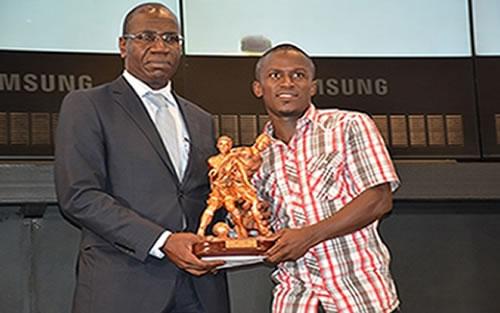 Kangoh Simon élu meilleur joueur de Côte d'ivoire, saison 2015-2016, recevait son trophée des Mains du DG de la CIE (Ph: D. Raoul)
